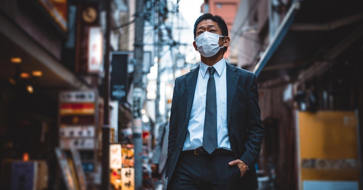 personne portant un masque